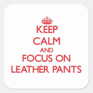 Guarde la calma y el foco en los pantalones de pegatina cuadrada