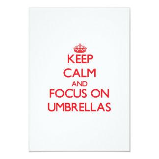 """Guarde la calma y el foco en los paraguas invitación 3.5"""" x 5"""""""