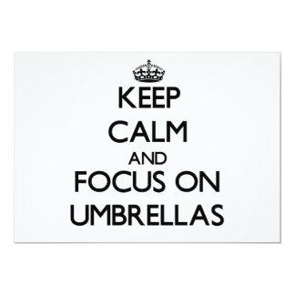 """Guarde la calma y el foco en los paraguas invitación 5"""" x 7"""""""