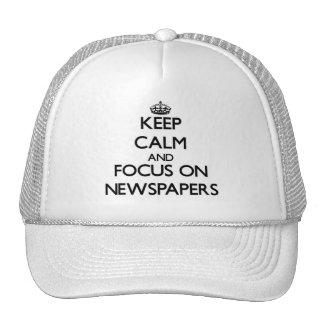 Guarde la calma y el foco en los periódicos gorro