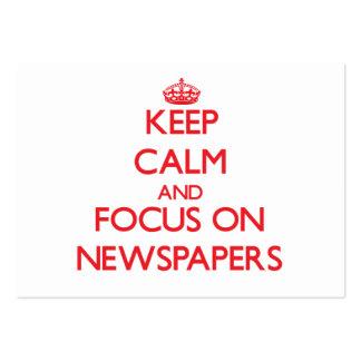 Guarde la calma y el foco en los periódicos tarjetas de visita