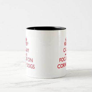 Guarde la calma y el foco en los perros de maíz tazas de café