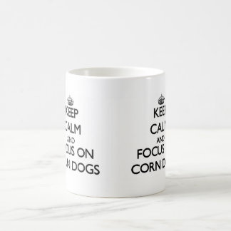 Guarde la calma y el foco en los perros de maíz tazas
