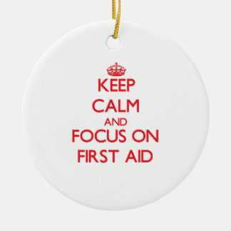 Guarde la calma y el foco en los primeros auxilios adorno navideño redondo de cerámica