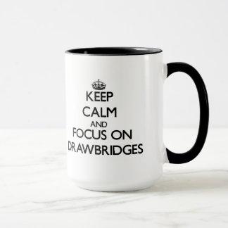 Guarde la calma y el foco en los puentes levadizos taza