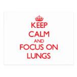 Guarde la calma y el foco en los pulmones tarjetas postales