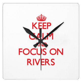 Guarde la calma y el foco en los ríos reloj de pared