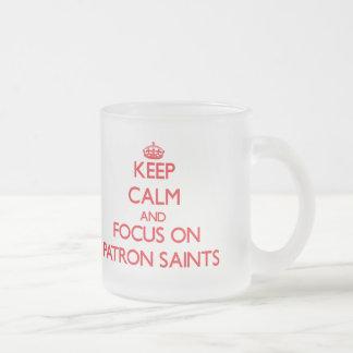 Guarde la calma y el foco en los santos patrones taza de cristal
