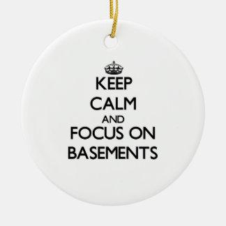 Guarde la calma y el foco en los sótanos ornamento de navidad