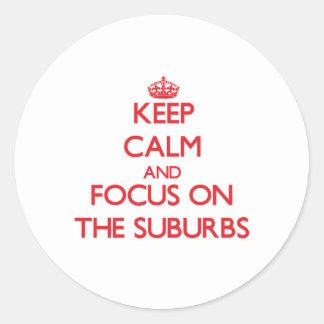 Guarde la calma y el foco en los suburbios etiquetas redondas
