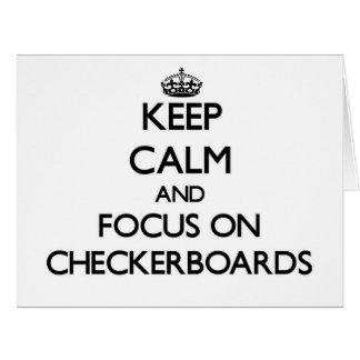Guarde la calma y el foco en los tableros de damas tarjeta de felicitación grande