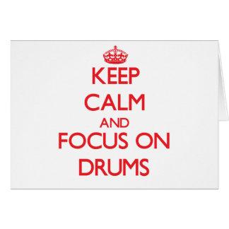 Guarde la calma y el foco en los tambores tarjeton