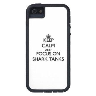 Guarde la calma y el foco en los tanques del tibur iPhone 5 carcasas
