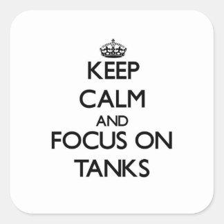 Guarde la calma y el foco en los tanques calcomanías cuadradas