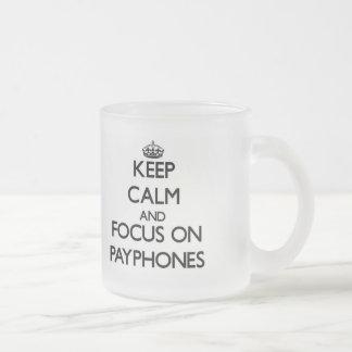 Guarde la calma y el foco en los teléfonos público taza