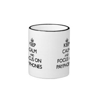 Guarde la calma y el foco en los teléfonos público tazas de café