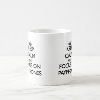 Guarde la calma y el foco en los teléfonos público taza de café