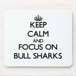 Guarde la calma y el foco en los tiburones de Bull Alfombrilla De Ratón