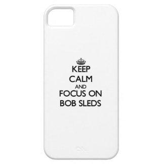 Guarde la calma y el foco en los trineos de Bob iPhone 5 Protector