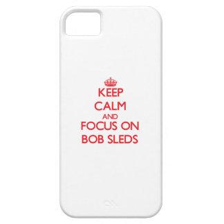 Guarde la calma y el foco en los trineos de Bob iPhone 5 Case-Mate Coberturas