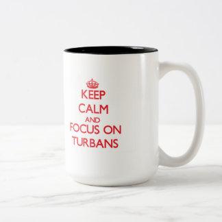 Guarde la calma y el foco en los turbantes taza