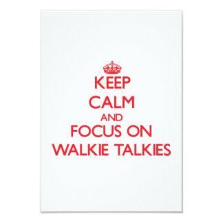 """Guarde la calma y el foco en los Walkietalkie Invitación 3.5"""" X 5"""""""