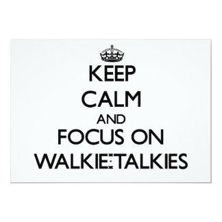 """Guarde la calma y el foco en los Walkietalkie Invitación 5"""" X 7"""""""
