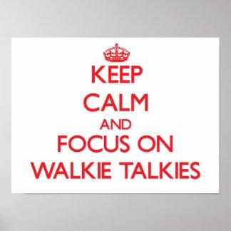 Guarde la calma y el foco en los Walkietalkie Posters