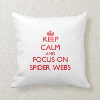 Guarde la calma y el foco en los Web de araña Almohadas
