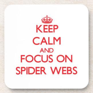 Guarde la calma y el foco en los Web de araña Posavasos De Bebida