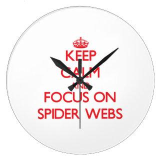 Guarde la calma y el foco en los Web de araña Reloj De Pared