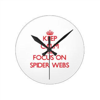 Guarde la calma y el foco en los Web de araña Relojes De Pared