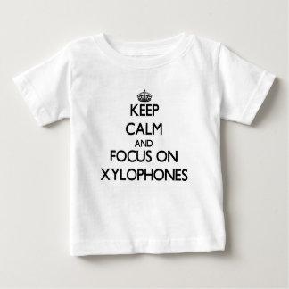 Guarde la calma y el foco en los xilófonos t-shirts