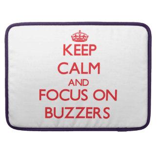 Guarde la calma y el foco en los zumbadores fundas para macbooks