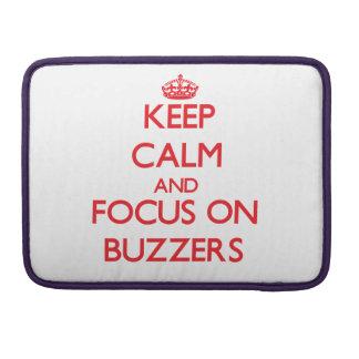 Guarde la calma y el foco en los zumbadores fundas para macbook pro