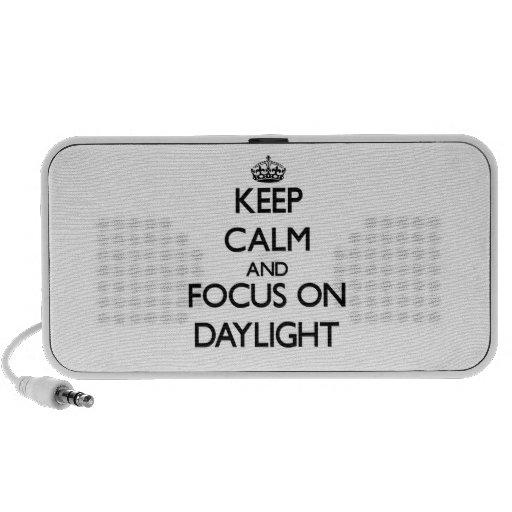 Guarde la calma y el foco en luz del día sistema altavoz