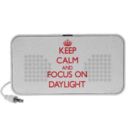 Guarde la calma y el foco en luz del día laptop altavoces