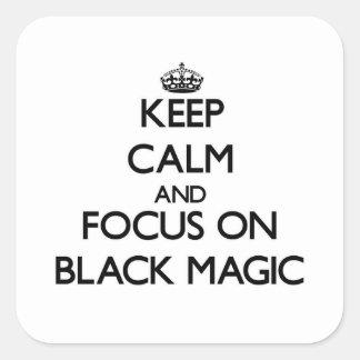 Guarde la calma y el foco en magia negra pegatinas cuadradas