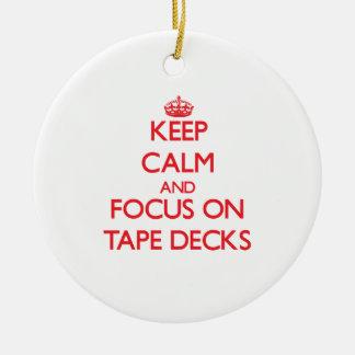 Guarde la calma y el foco en magnetófonos adorno redondo de cerámica