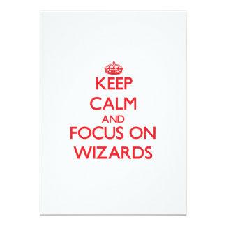 Guarde la calma y el foco en magos invitación 12,7 x 17,8 cm