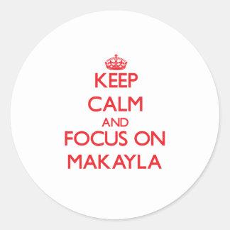 Guarde la calma y el foco en Makayla Etiqueta Redonda