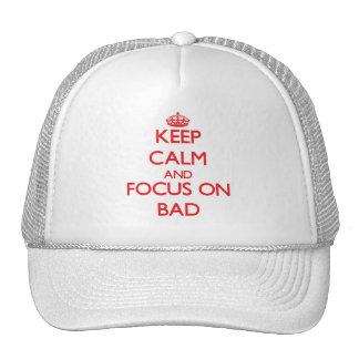 Guarde la calma y el foco en malo gorra