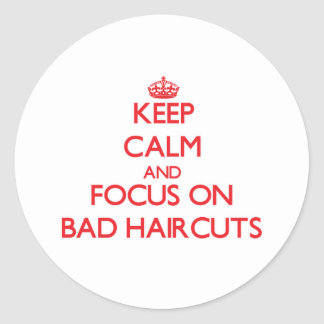 Guarde la calma y el foco en malos cortes de pelo pegatina redonda