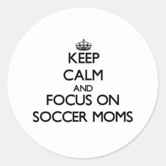 Guarde la calma y el foco en mamáes del fútbol pegatina redonda