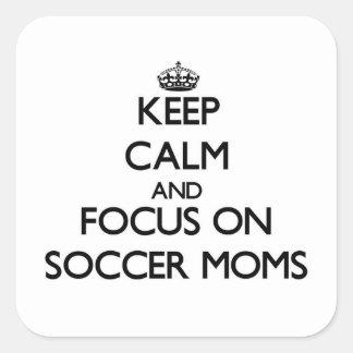 Guarde la calma y el foco en mamáes del fútbol calcomanía cuadradase