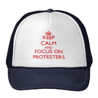Guarde la calma y el foco en manifestantes gorras de camionero