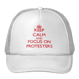 Guarde la calma y el foco en manifestantes gorro