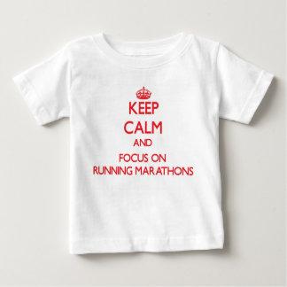 Guarde la calma y el foco en maratones corrientes playeras