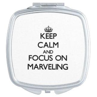 Guarde la calma y el foco en maravillarse espejos compactos