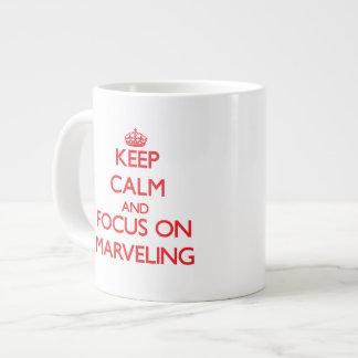 Guarde la calma y el foco en maravillarse taza grande